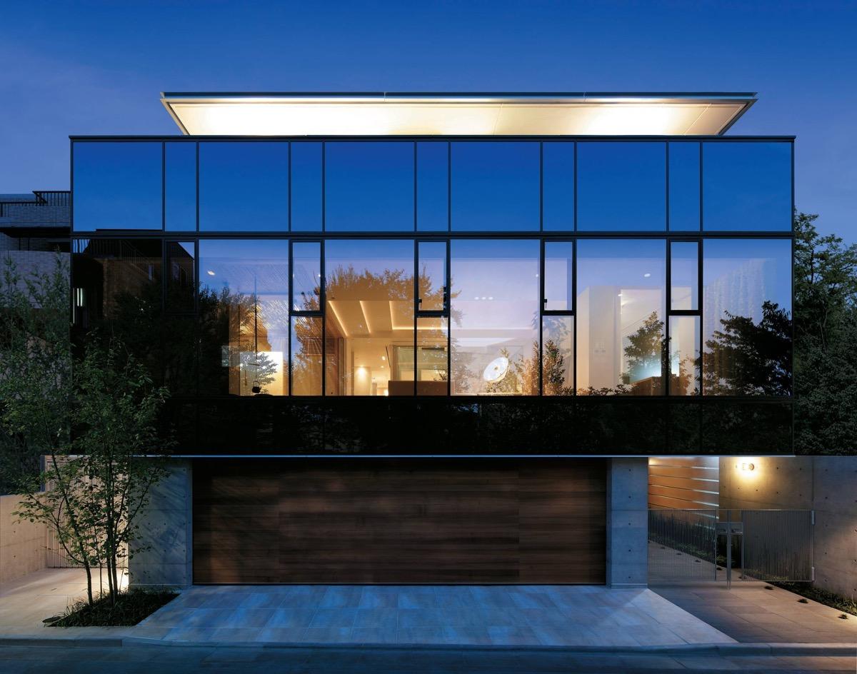 隐藏在玻璃幕墙后:融合现代和传统的日本住宅设计