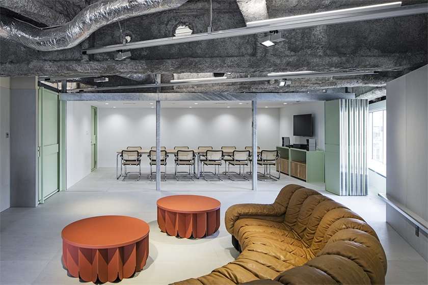 东京TOY'S FACTORY唱片公司办公室设计