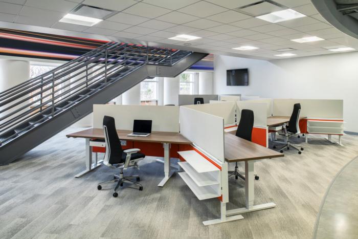 汽车媒体和营销服务公司AutoWeb现代风格办公室设计
