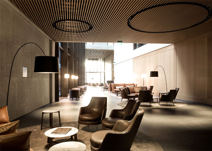古铜色的金色铝框架:高品质的NOVA办公楼设计