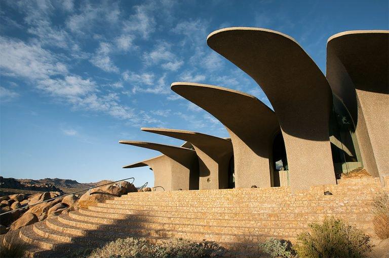 荒漠中如花瓣堆叠的现代别墅