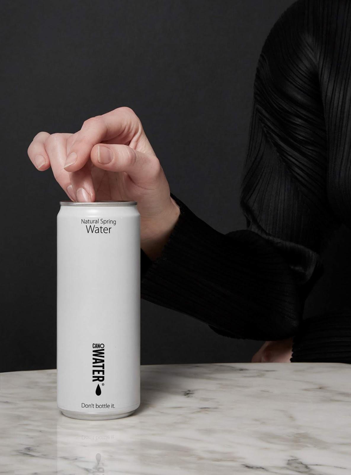 干净简约可回收的铝罐矿泉水包装