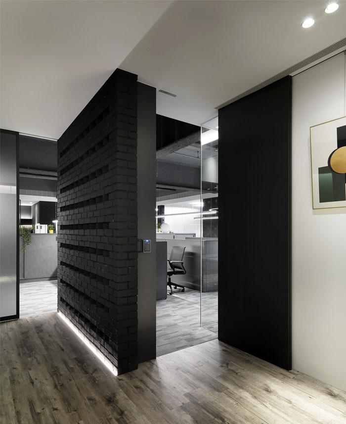 低调时尚的酷黑色系办公室设计