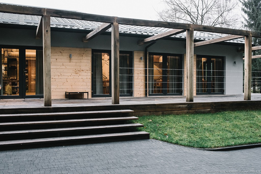 灰色调与木质空间:乌克兰YAVIR餐厅设计