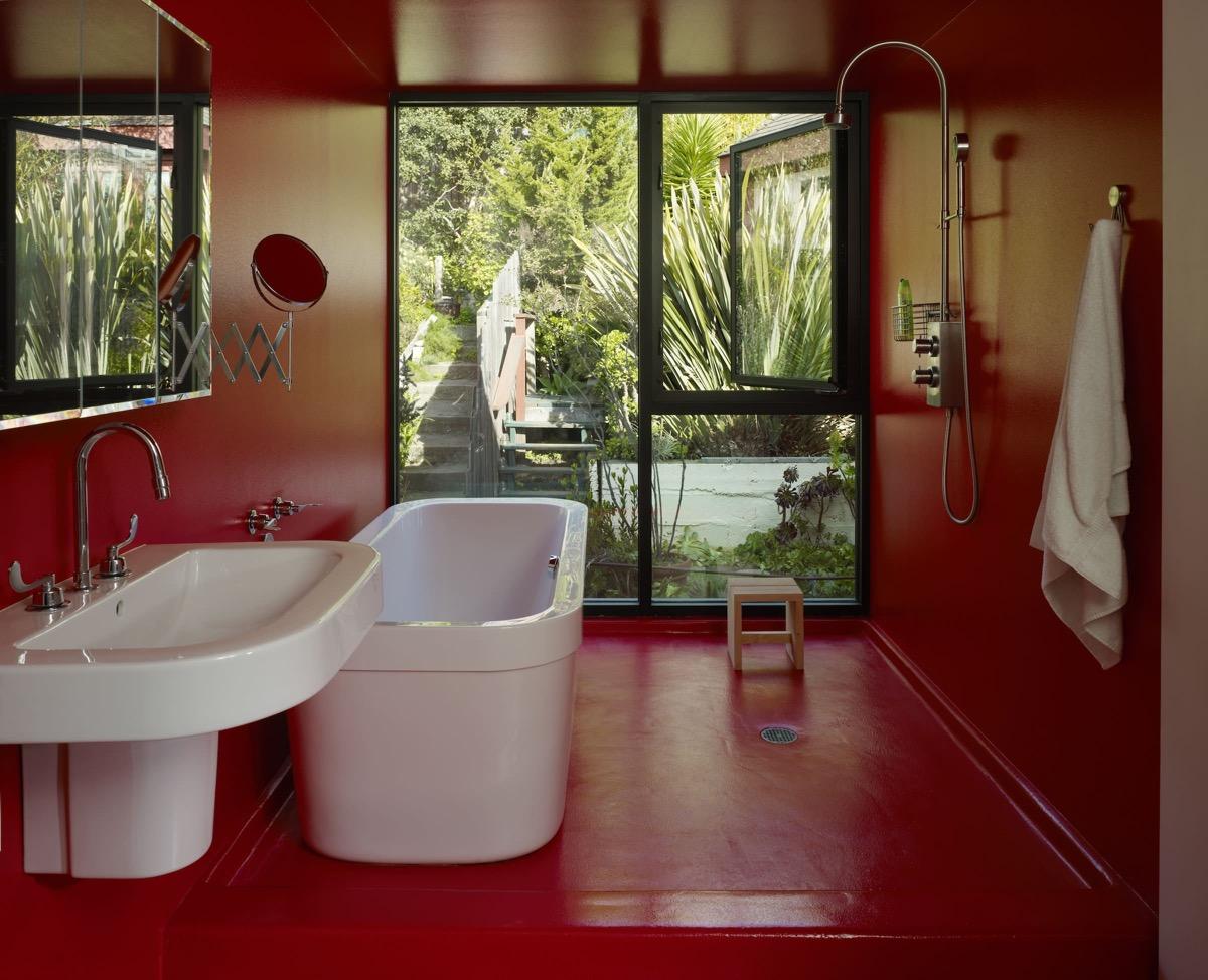 red-bathroom-wall-decor-600x487.jpg