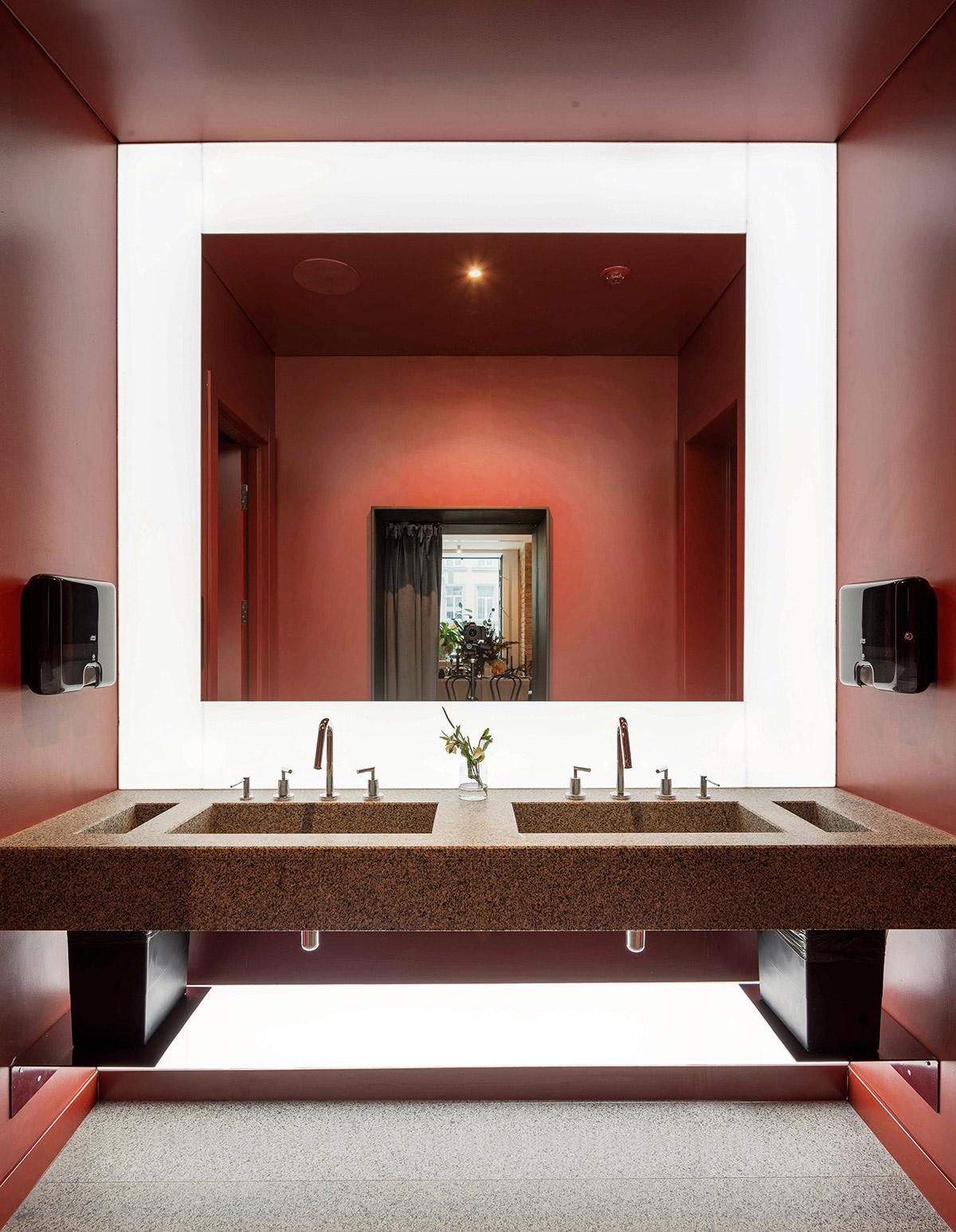 red-and-black-bathroom-ideas-600x774.jpg