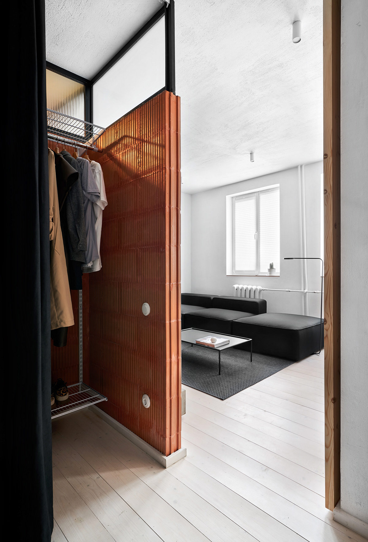 黑,白和木质内饰打造40平现代小公寓