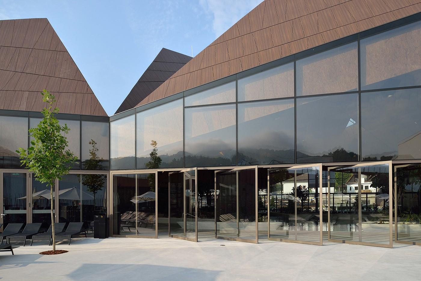 几何倾斜屋顶结构:奇特外观的游泳池设计