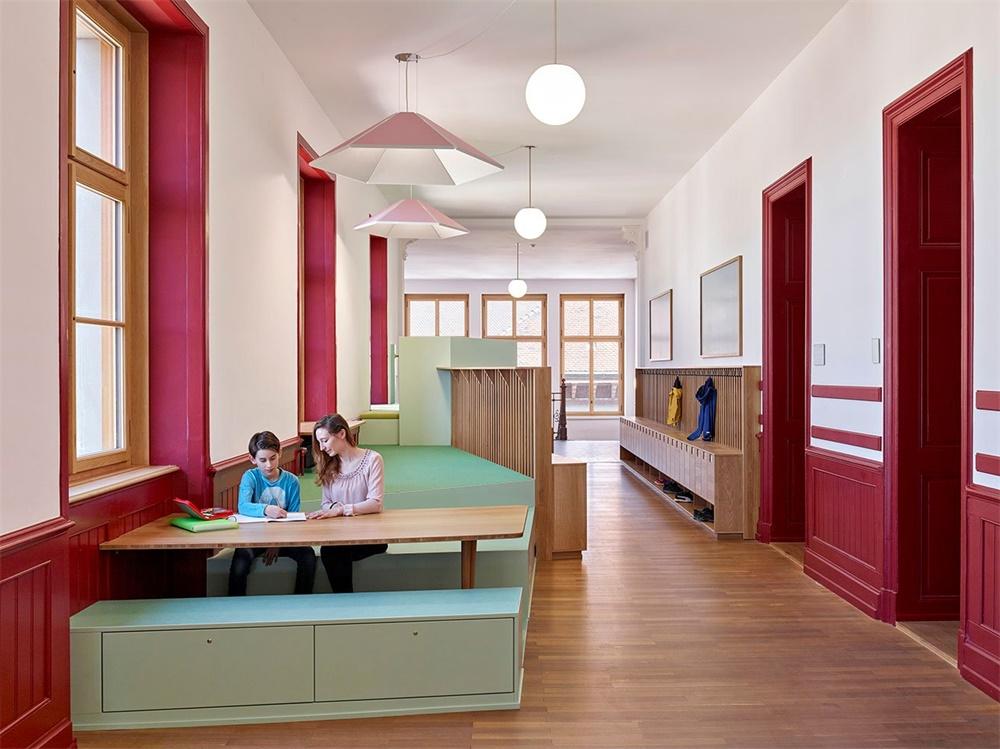 瑞士巴塞尔St. Johann小学走廊空间设计