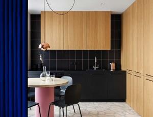 使用蓝幕分隔,基辅紧凑的65平米公寓