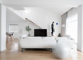 极简主义风格的纯白住宅