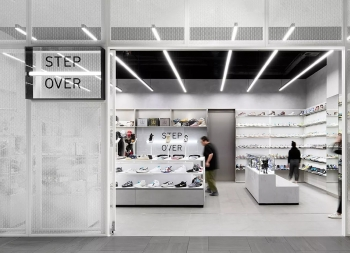 白色美学和极简未来主义风格!Step Over运动商店品牌设计