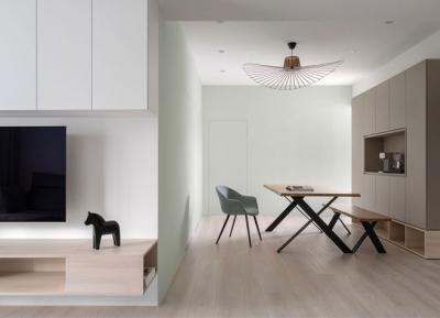 温暖的自然色和浅色木纹,营造温和而舒缓的家居空间