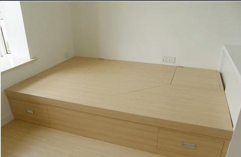 地板下面是龙骨+细木工板