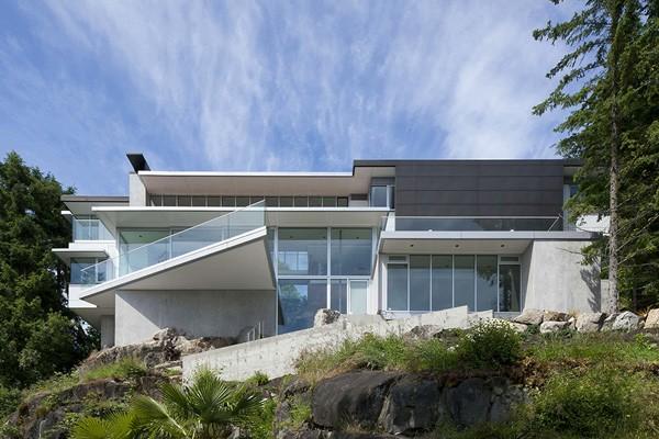 加拿大山頂巖石上的現代別墅