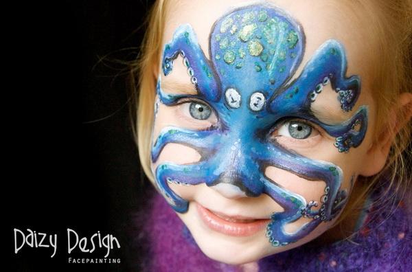 "Christy Lewis是一位屡获大奖的新西兰艺术家。擅长和痴迷于精致的面部及身体彩绘。 她将艺术灵感发挥到了宝宝身上。她用孩子的脸作为画布进行创作,将小家伙们变成动物、僵尸等各种角色。她的孩子——7岁的凯拉和5岁的麦蒂必须坐两个多小时好让妈妈把他们打扮成老虎或者蜜蜂。 这位充满热情的艺术家希望能把这些满载微笑和童真的""画脸""分享到世界各地。"
