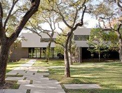橡树林中的住宅:德克萨斯西湖山别墅