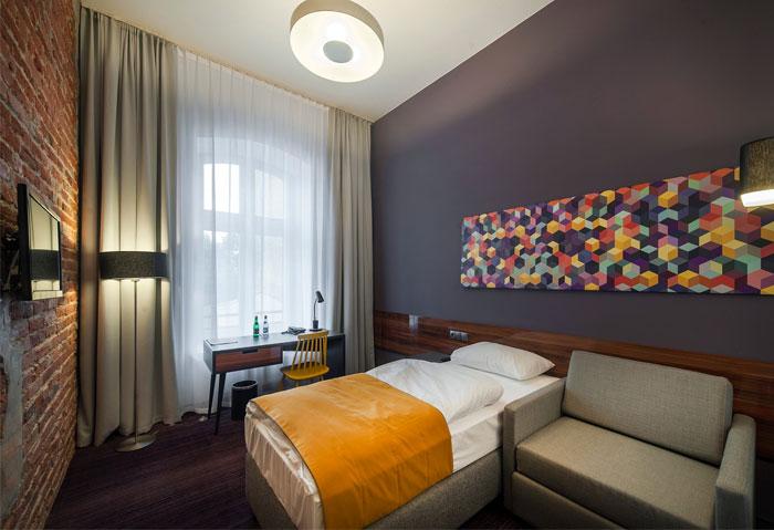 波兰设计与建筑工作室 EC-5 把一座旧的香烟制造厂改造成了一家现代风格的酒店「Tobaco Hotel」。这家酒店坐落在波兰第三大城市 ód 的历史工业区。酒店的主题保留了原建筑的工业结构,并且选用了五六十年代风格的家具与之搭配。酒店整体的色调为明朗的蓝色和黄色,同时与白色的天花板,和露出砖块水泥的墙面相平衡。