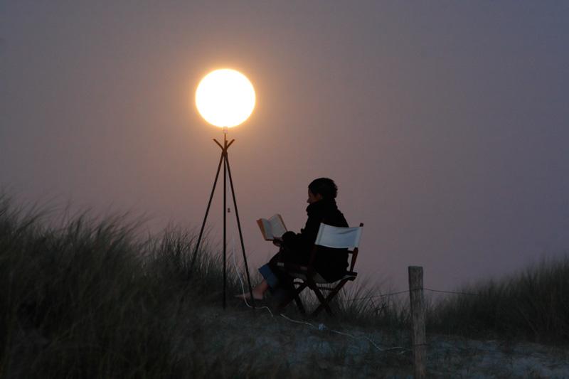 法国天文摄影师Laurent Laveder,最近凭借一组作品红遍各大网络。作品来自于Laurent出版的一本名为《月亮游戏》的摄影书,书中收集了许多张利用强迫透视技巧拍摄的不同月亮。虽然我们经常能看见一些强迫透视的作品,但是Laurent所拍摄出来的效果却更加可爱迷人。 除了摄影室外,Laurent Laveder还是一名出色的天文记者,从小对天文学的喜爱让他在长大后毅然投身天文事业。在工作期间,他也不忘摄影,所拍摄的照片经常能在NASA的官网或者杂志上看见。 在《月亮游戏》的作品中,我们可以看见La
