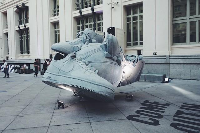 潮鞋篮球【大冲撞:Nike SNEAKERBALL概念雕塑