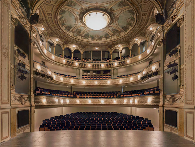 摄影 gilles/Gilles Alonso建筑摄影:剧院的对称美学...