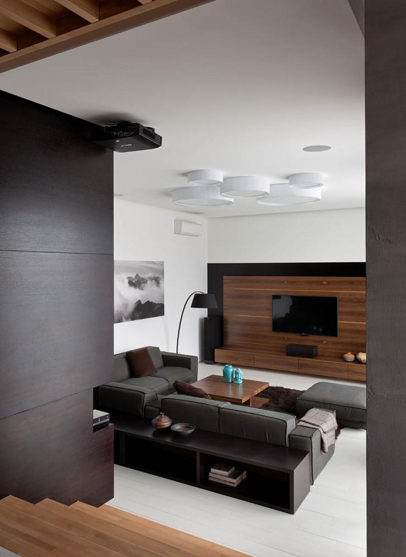 胡桃木的温暖质感:乌克兰复式住宅设计