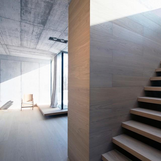 孔金属板覆盖的极简装修风格别墅