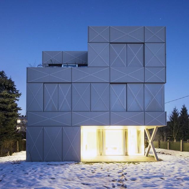 穿孔金属板覆盖的极简装修风格别墅