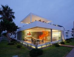 明亮的橙色旋转楼梯:秘鲁Casa Blanca别墅设