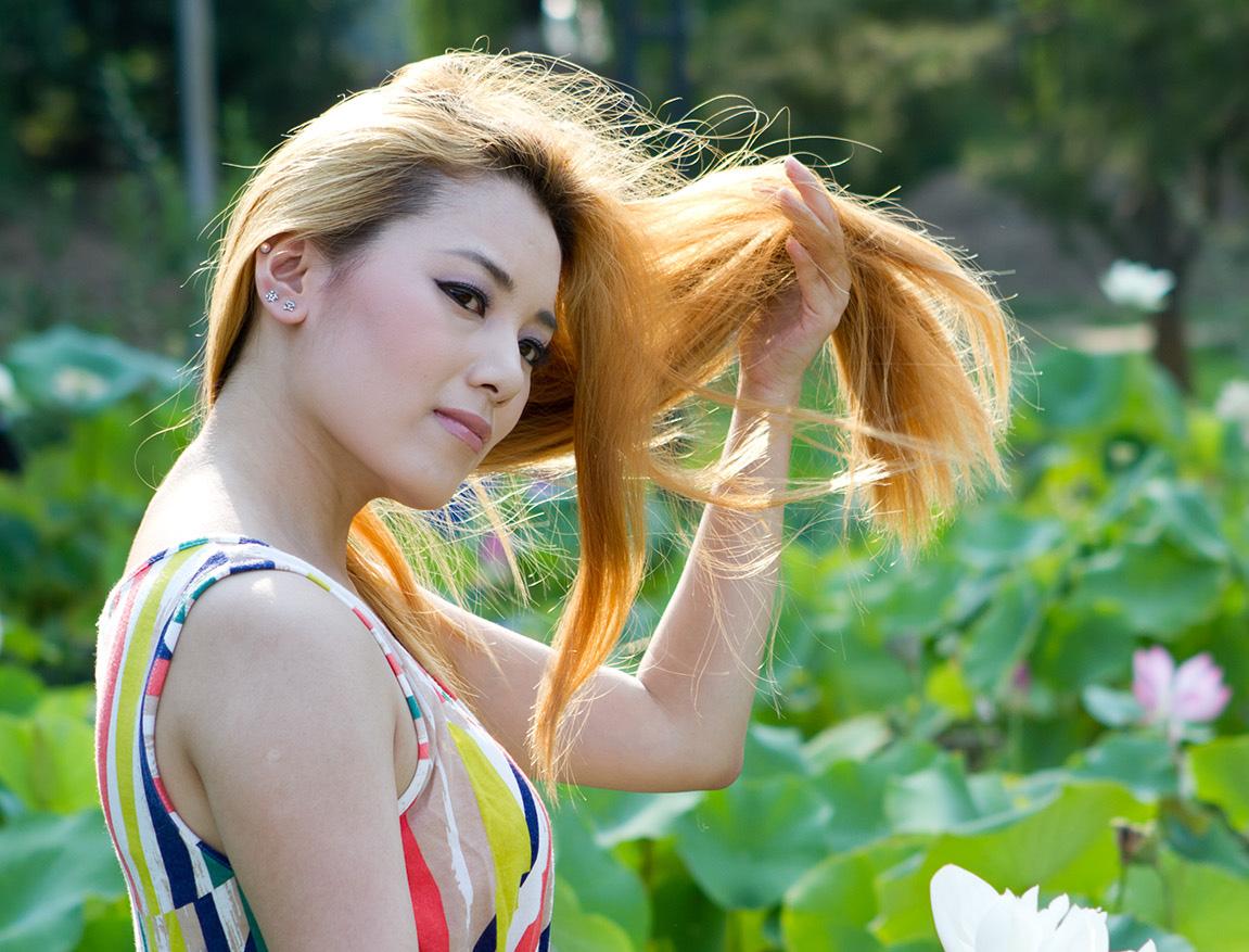 素材图片头发部分有很多杂色,这些用背景橡皮擦擦除是最快和最好的