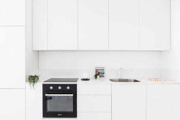 黑与白的魅力:干净简约的黑白公寓设计