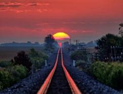 攝影師每年蹲守拍攝被日出染紅的鐵軌