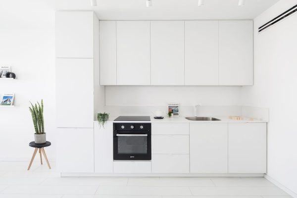 simple-white-kitchen-600x400.jpg